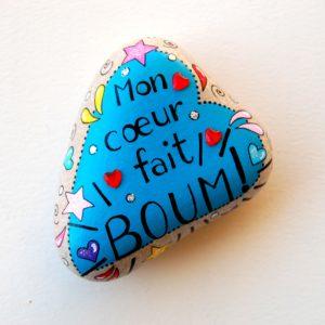 """galet peint """"mon coeur fait boum"""" bleu avec strass coeurs"""