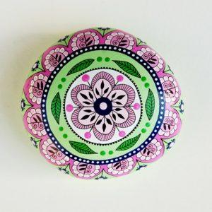 galet peint mandala rose vert-7.5x7-27€