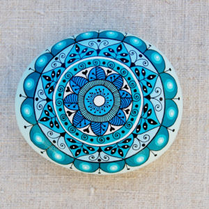 galet peint mandala bleu-turquoise-6.7x5.7-25