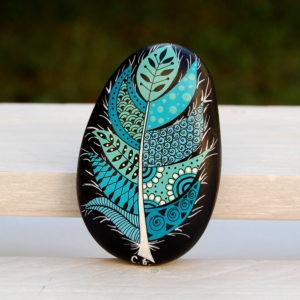 galet peint plume turquoise fond noir