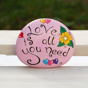 galet peint message-positive attitude-rose-love is all you need
