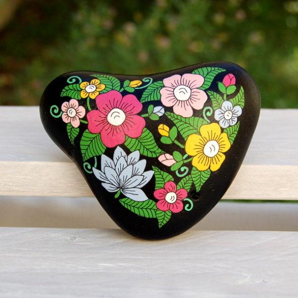 galet peint coeur fleuri fond noir
